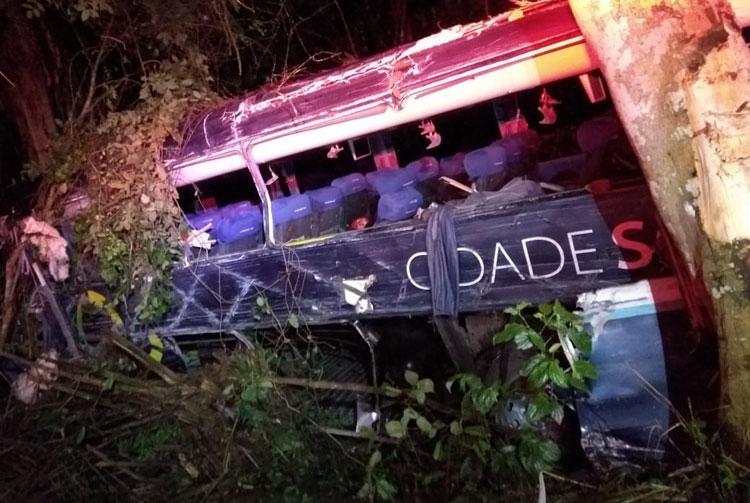 Cinco morrem e 10 ficam feridos após batida entre ônibus e carreta na BR-101, no sul da BA
