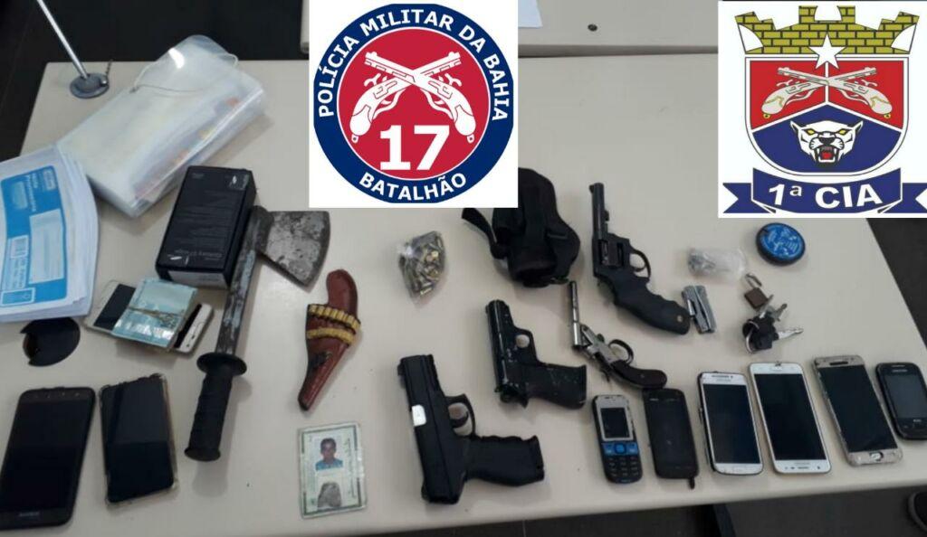1 152 POLÍCIA MILITAR PRENDE DUPLA COM ARMAS, DROGAS E MUNIÇÕES EM GUANAMBI
