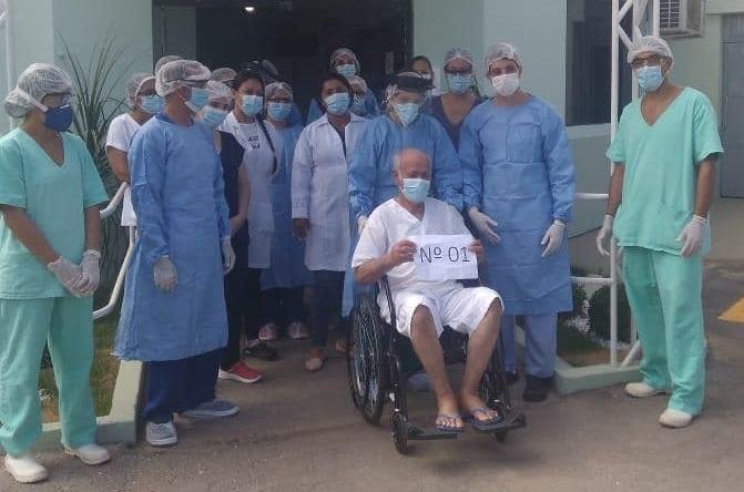 Curado da Covid-19, idoso de 90 anos recebe alta de hospital sob aplauso na cidade de Barreiras; assista