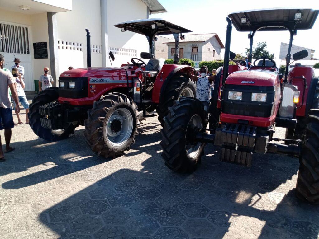 CANDIBA 2 Deputado Federal Charles Fernandes entrega tratores agrícolas em Candiba