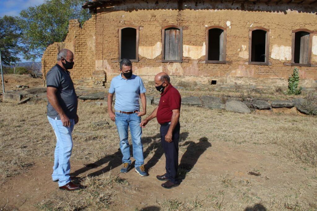 CANDIBA 5 Deputado Federal Charles Fernandes entrega tratores agrícolas em Candiba