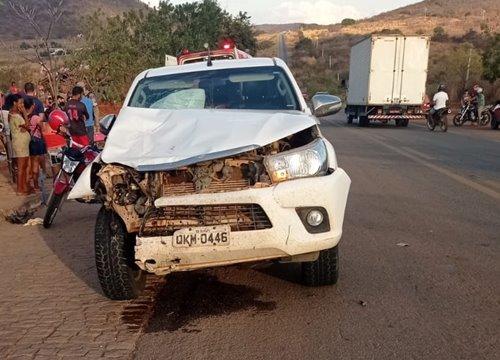 Colisão entre caminhonete e moto mata mulher grávida de 6 meses e deixa homem gravemente ferido na BR-430 em Riacho de Santana