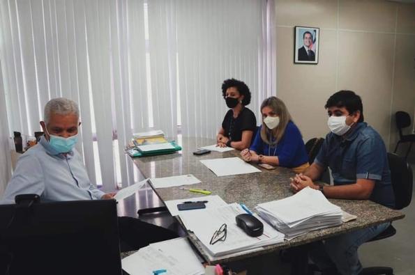 energia urandi Ivana Bastos e Warlei acompanham pedidos de energia elétrica para Urandi