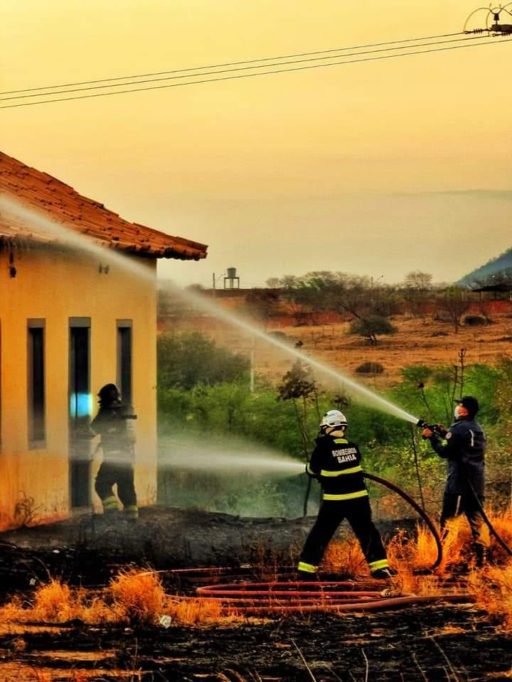 user 1410118060 Casarão histórico é parcialmente consumido por fogo em Guanambi